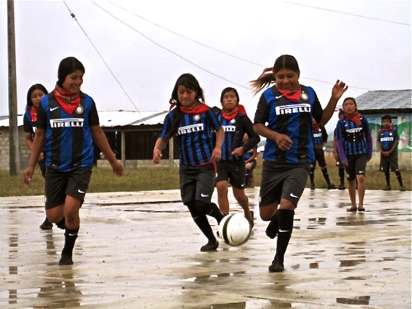 77-futbol-nincc83as-bajo-agua-600x450