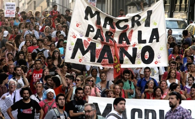 macri_para_la_mano_marcha