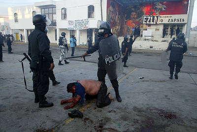 Los agentes de la policía reprimieron los brotes de protesta en San Salvador Atenco